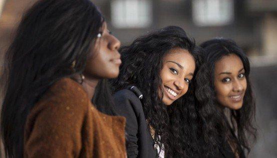 Belles filles d'université kenyanes