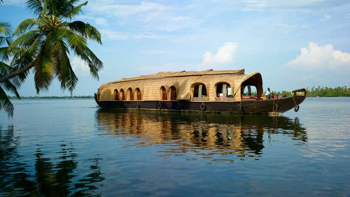 https://www.travelogyindia.com/blog/wp-content/uploads/2016/10/Kumarakom-Backwaters-Kerala.jpg